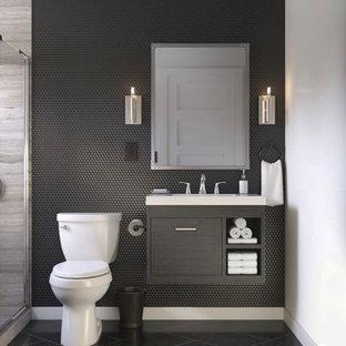 Idée de décoration pour une salle de bain principale minimaliste de taille moyenne avec un mur blanc, un lavabo posé, un plan de toilette en quartz modifié, aucune cabine, un plan de toilette blanc, un placard à porte plane, des portes de placard noires, une baignoire indépendante, une douche ouverte, un WC séparé, un carrelage noir, du carrelage en pierre calcaire, un sol en marbre et un sol noir.