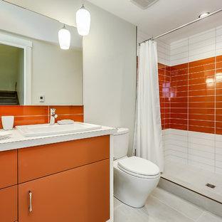 Foto di una stanza da bagno con doccia moderna di medie dimensioni con consolle stile comò, ante arancioni, doccia alcova, WC monopezzo, piastrelle arancioni, piastrelle in ceramica, pareti bianche, pavimento in gres porcellanato, lavabo da incasso, top in laminato, pavimento bianco e doccia con tenda