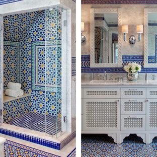 Imagen de cuarto de baño principal, campestre, grande, con armarios con paneles empotrados, puertas de armario blancas, bañera encastrada sin remate, ducha empotrada, baldosas y/o azulejos beige, baldosas y/o azulejos azules, baldosas y/o azulejos verdes, baldosas y/o azulejos naranja, baldosas y/o azulejos rojos, baldosas y/o azulejos de cemento, paredes beige, suelo de azulejos de cemento, lavabo bajoencimera, encimera de cuarzo compacto, suelo multicolor y ducha con puerta con bisagras