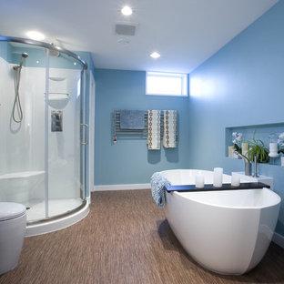 他の地域のコンテンポラリースタイルのおしゃれな子供用バスルーム (置き型浴槽、竹フローリング、フラットパネル扉のキャビネット、黒いキャビネット、コーナー設置型シャワー、青い壁、茶色い床、引戸のシャワー) の写真