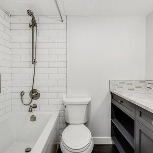 Ejemplo de cuarto de baño principal, clásico renovado, pequeño, con armarios estilo shaker, puertas de armario marrones, bañera encastrada, combinación de ducha y bañera, sanitario de dos piezas, baldosas y/o azulejos multicolor, baldosas y/o azulejos en mosaico, paredes grises, suelo de corcho, lavabo bajoencimera, encimera de cuarcita, suelo marrón, ducha con cortina y encimeras blancas