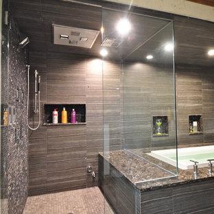 Ispirazione per un'ampia sauna contemporanea con lavabo a bacinella, ante lisce, top in quarzite, vasca giapponese, WC monopezzo, piastrelle grigie, piastrelle in gres porcellanato, pareti grigie e pavimento in gres porcellanato