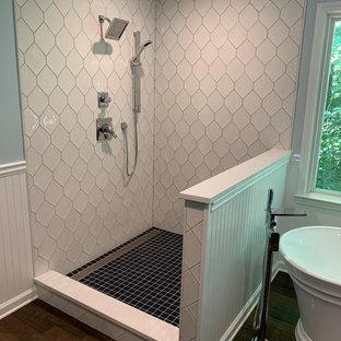 Idee per una grande stanza da bagno padronale american style con ante con riquadro incassato, ante blu, vasca freestanding, doccia aperta, pareti blu, parquet scuro, lavabo sottopiano, top in quarzo composito, pavimento marrone, doccia aperta e top bianco