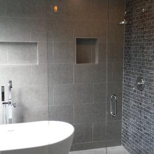 アトランタの広いモダンスタイルのおしゃれなマスターバスルーム (置き型浴槽、オープン型シャワー、グレーのタイル、磁器タイル、グレーの壁、磁器タイルの床、グレーの床、開き戸のシャワー) の写真