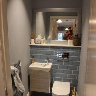 Свежая идея для дизайна: маленькая ванная комната с инсталляцией, керамической плиткой, полом из ламината и столешницей из гранита - отличное фото интерьера