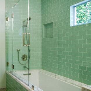 Ispirazione per una stanza da bagno minimal con top in marmo, vasca sottopiano, vasca/doccia, piastrelle verdi e piastrelle diamantate
