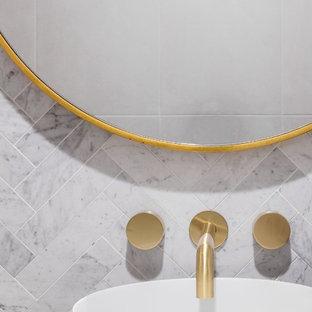 Immagine di una stanza da bagno con doccia moderna di medie dimensioni con nessun'anta, ante in legno scuro, WC a due pezzi, piastrelle bianche, pareti grigie, lavabo da incasso, top in legno, pavimento grigio e top blu