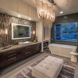 Пример оригинального дизайна: огромная главная ванная комната в современном стиле с плоскими фасадами, фасадами цвета дерева среднего тона, отдельно стоящей ванной, серой плиткой, керамогранитной плиткой, серыми стенами, полом из керамогранита, настольной раковиной, столешницей из искусственного кварца, серым полом и открытым душем