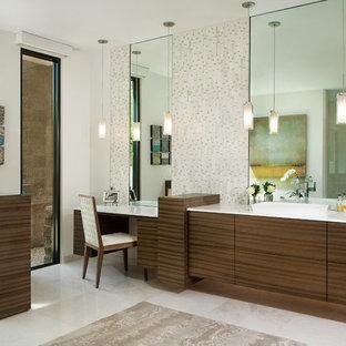 Großes Modernes Badezimmer En Suite mit flächenbündigen Schrankfronten, hellbraunen Holzschränken, weißer Wandfarbe, Aufsatzwaschbecken, beigefarbenen Fliesen, Stäbchenfliesen, Quarzwerkstein-Waschtisch, freistehender Badewanne, bodengleicher Dusche, Toilette mit Aufsatzspülkasten, Marmorboden, weißem Boden und offener Dusche in Phoenix