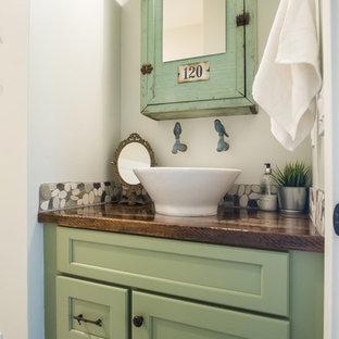 Ispirazione per una piccola stanza da bagno con doccia shabby-chic style con ante in stile shaker, ante verdi, piastrelle multicolore, piastrelle in pietra, pareti bianche, lavabo a bacinella, top in legno e top marrone