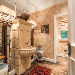 Diseño de cuarto de baño clásico con lavabo suspendido, baldosas y/o azulejos con efecto espejo, paredes marrones y suelo de madera oscura