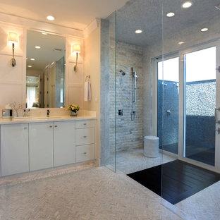 Ejemplo de cuarto de baño principal, clásico renovado, grande, con armarios con paneles lisos, puertas de armario blancas, encimera de mármol, ducha abierta, baldosas y/o azulejos blancos, baldosas y/o azulejos de piedra, paredes blancas, suelo con mosaicos de baldosas y ducha abierta