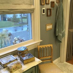 Immagine di un'ampia stanza da bagno padronale classica con ante con bugna sagomata, ante grigie, doccia a filo pavimento, WC sospeso, piastrelle grigie, piastrelle di marmo, pareti grigie, pavimento in marmo, lavabo da incasso, top in quarzite, pavimento grigio e top grigio