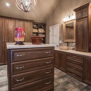 Esempio di una stanza da bagno classica con vasca freestanding, doccia ad angolo, piastrelle beige, piastrelle in ceramica, pareti beige, pavimento in compensato, lavabo a bacinella, top in quarzite, pavimento marrone e porta doccia a battente
