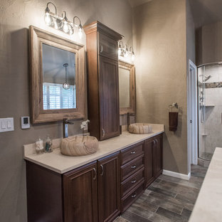 Inspiration för ett stort vintage badrum, med luckor med upphöjd panel, skåp i mellenmörkt trä, plywoodgolv och brunt golv