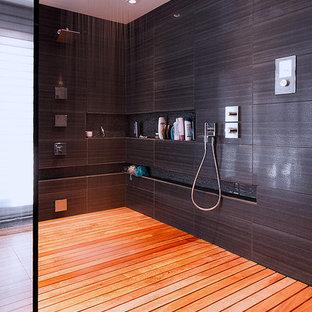 Imagen de cuarto de baño principal, actual, grande, con ducha abierta, baldosas y/o azulejos marrones, baldosas y/o azulejos de cerámica y suelo de baldosas de cerámica