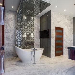 Идея дизайна: огромная главная ванная комната в стиле модернизм с фасадами островного типа, темными деревянными фасадами, отдельно стоящей ванной, открытым душем, раздельным унитазом, серой плиткой, серыми стенами, мраморным полом, врезной раковиной, столешницей из кварцита, мраморной плиткой, серым полом и серой столешницей