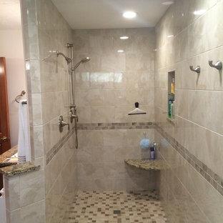 Mittelgroßes Klassisches Badezimmer En Suite mit Granit-Waschbecken/Waschtisch, Eckbadewanne, offener Dusche, beigefarbenen Fliesen, Keramikfliesen und Keramikboden in Kolumbus