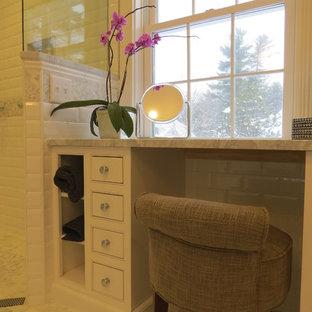 Ispirazione per una stanza da bagno padronale chic di medie dimensioni con lavabo sottopiano, ante a filo, ante bianche, top in marmo, vasca ad alcova, doccia a filo pavimento, WC sospeso, piastrelle bianche, piastrelle diamantate, pareti bianche e pavimento con piastrelle a mosaico