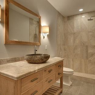 Idéer för mellanstora vintage badrum med dusch, med ett fristående handfat, möbel-liknande, skåp i ljust trä, kaklad bänkskiva, en öppen dusch, en toalettstol med separat cisternkåpa, grå kakel, stenkakel, grå väggar, klinkergolv i keramik och med dusch som är öppen