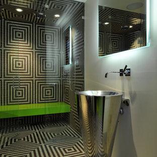 Пример оригинального дизайна: ванная комната в современном стиле с раковиной с пьедесталом, душем без бортиков и разноцветной плиткой
