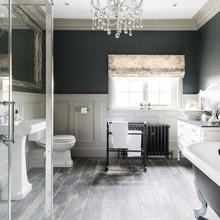 Diseño de cuarto de baño clásico, grande, con armarios tipo mueble, bañera con patas, ducha esquinera, sanitario de una pieza, baldosas y/o azulejos blancos, baldosas y/o azulejos de cerámica, paredes grises, lavabo con pedestal, encimera de mármol y ducha con puerta con bisagras