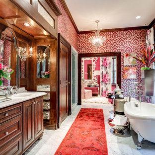 Klassisches Badezimmer En Suite mit profilierten Schrankfronten, Löwenfuß-Badewanne, Marmorboden, Marmor-Waschbecken/Waschtisch, dunklen Holzschränken, bunten Wänden und Unterbauwaschbecken in Atlanta