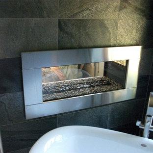 サンディエゴの中くらいのコンテンポラリースタイルのおしゃれなマスターバスルーム (オープンシェルフ、中間色木目調キャビネット、置き型浴槽、コーナー設置型シャワー、グレーのタイル、スレートタイル、グレーの壁、スレートの床、ベッセル式洗面器、ソープストーンの洗面台、グレーの床、オープンシャワー) の写真