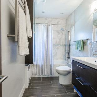 Выдающиеся фото от архитекторов и дизайнеров интерьера: главная ванная комната среднего размера в стиле современная классика с плоскими фасадами, черными фасадами, ванной в нише, душем над ванной, унитазом-моноблоком, синей плиткой, серой плиткой, белой плиткой, плиткой мозаикой, синими стенами, полом из ламината, монолитной раковиной, серым полом и шторкой для душа