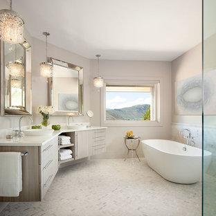 Ispirazione per una grande stanza da bagno padronale classica con ante in legno chiaro, top in marmo, piastrelle bianche, lavabo a bacinella, ante lisce, vasca freestanding, pareti beige, pavimento con piastrelle a mosaico, doccia a filo pavimento e piastrelle a mosaico