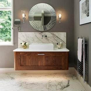 Klassisches Badezimmer En Suite mit Schrankfronten im Shaker-Stil, hellbraunen Holzschränken, grauer Wandfarbe, Aufsatzwaschbecken und Marmorboden in Buckinghamshire