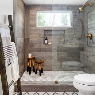 サクラメントの小さいカントリー風おしゃれな浴室 (家具調キャビネット、黒いキャビネット、オープン型シャワー、一体型トイレ、マルチカラーのタイル、石タイル、白い壁、大理石の床、アンダーカウンター洗面器、大理石の洗面台) の写真