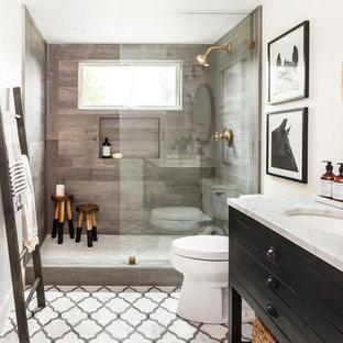 Ispirazione per una piccola stanza da bagno country con consolle stile comò, ante nere, doccia aperta, WC monopezzo, piastrelle multicolore, piastrelle in pietra, pareti bianche, pavimento in marmo, lavabo sottopiano e top in marmo