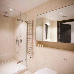 Idee per una stanza da bagno con doccia design di medie dimensioni con lavabo da incasso, ante di vetro, ante in legno bruno, top in pietra calcarea, doccia aperta, WC sospeso, piastrelle beige, pareti beige e pavimento in pietra calcarea
