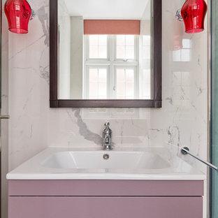 Idee per una stanza da bagno minimal con ante lisce, ante viola, piastrelle multicolore, pavimento con piastrelle a mosaico, lavabo a consolle, pavimento multicolore e porta doccia scorrevole