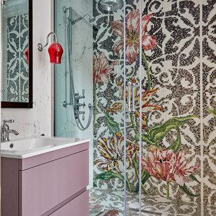 Modernes Badezimmer mit flächenbündigen Schrankfronten, lila Schränken, farbigen Fliesen, Mosaik-Bodenfliesen, Waschtischkonsole, buntem Boden und Schiebetür-Duschabtrennung in London