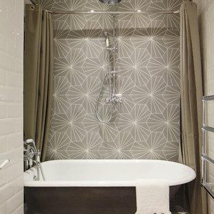 Kleines Industrial Badezimmer mit freistehender Badewanne, weißen Fliesen, Metrofliesen, bunten Wänden und Duschbadewanne in London