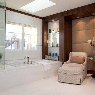 Ispirazione per una stanza da bagno padronale design con vasca da incasso, piastrelle bianche, doccia alcova, pareti bianche, pavimento bianco, panca da doccia e pareti in legno