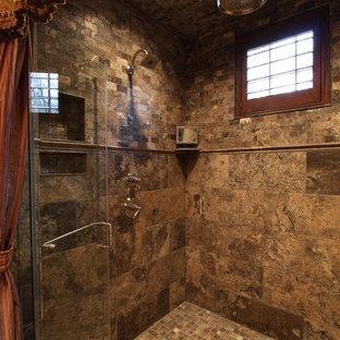 Idee per un'ampia sauna tradizionale con lavabo sottopiano, ante con riquadro incassato, ante beige, top in granito, vasca freestanding, WC a due pezzi, piastrelle marroni, piastrelle in gres porcellanato, pareti beige, pavimento in gres porcellanato e zona vasca/doccia separata