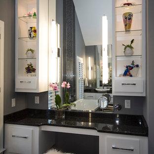 Idee per una grande stanza da bagno padronale moderna con ante lisce, ante bianche, vasca freestanding, doccia doppia, WC a due pezzi, pistrelle in bianco e nero, piastrelle di vetro, pareti grigie, pavimento in gres porcellanato, top in granito e lavabo a bacinella