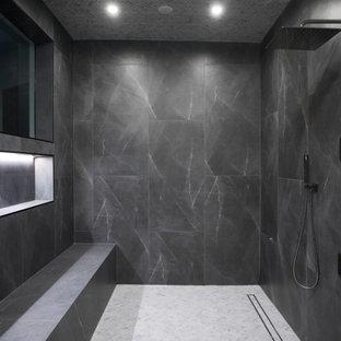 Ispirazione per un'ampia stanza da bagno padronale moderna con ante lisce, ante bianche, vasca idromassaggio, doccia aperta, bidè, piastrelle grigie, piastrelle di vetro, pareti bianche, pavimento in marmo, lavabo sospeso, top in quarzo composito, pavimento bianco, porta doccia a battente e top bianco