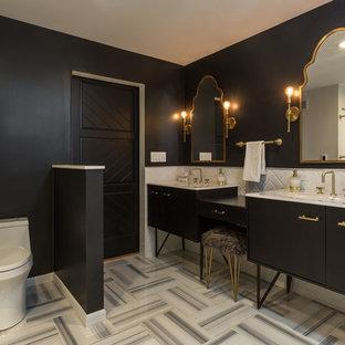 Modernes Badezimmer En Suite mit flächenbündigen Schrankfronten, schwarzen Schränken, freistehender Badewanne, Toilette mit Aufsatzspülkasten, weißen Fliesen, Metrofliesen, schwarzer Wandfarbe, Waschtischkonsole und grauem Boden in Chicago