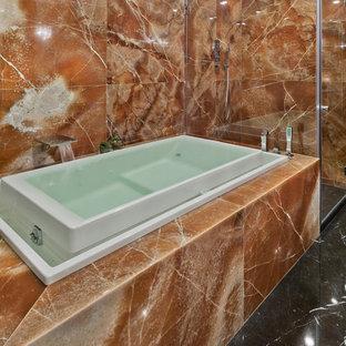 Foto di una grande stanza da bagno padronale design con consolle stile comò, ante grigie, vasca idromassaggio, doccia aperta, WC a due pezzi, piastrelle arancioni, lastra di pietra, pareti arancioni, pavimento in marmo e lavabo a bacinella