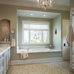 Klassisk inredning av ett stort en-suite badrum, med luckor med infälld panel, stenkakel, gröna väggar, kalkstensgolv, ett undermonterad handfat, marmorbänkskiva, en dusch i en alkov, grå kakel, vit kakel och ett badkar i en alkov