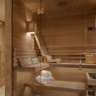 Modern inredning av ett mellanstort bastu, med skåp i shakerstil, skåp i mellenmörkt trä, en dusch i en alkov, en toalettstol med separat cisternkåpa, beige kakel, kakelplattor, bruna väggar, ljust trägolv, ett undermonterad handfat, bänkskiva i kvarts, beiget golv och med dusch som är öppen