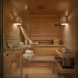 Ejemplo de sauna actual, de tamaño medio, con paredes marrones, suelo de madera clara, ducha con puerta con bisagras, armarios estilo shaker, puertas de armario de madera oscura, sanitario de dos piezas, lavabo bajoencimera, encimera de cuarzo compacto y suelo beige