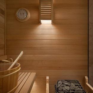 Foto di una sauna minimal di medie dimensioni con ante in stile shaker, ante in legno scuro, doccia alcova, WC a due pezzi, piastrelle beige, piastrelle di pietra calcarea, pareti marroni, parquet chiaro, lavabo sottopiano, top in quarzo composito, pavimento beige e doccia aperta
