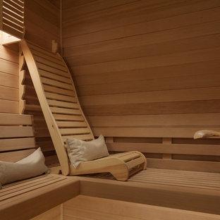 Idee per una sauna design di medie dimensioni con ante in stile shaker, ante in legno scuro, doccia alcova, WC a due pezzi, piastrelle beige, piastrelle di pietra calcarea, pareti marroni, parquet chiaro, lavabo sottopiano, top in quarzo composito, pavimento beige e doccia aperta