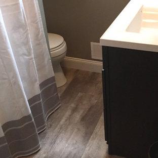 Modelo de cuarto de baño con ducha, tradicional renovado, de tamaño medio, con armarios tipo mueble, puertas de armario de madera en tonos medios, sanitario de dos piezas, paredes marrones, suelo vinílico y lavabo con pedestal
