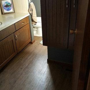 他の地域の小さいカントリー風おしゃれな子供用バスルーム (落し込みパネル扉のキャビネット、茶色いキャビネット、ドロップイン型浴槽、分離型トイレ、黄色いタイル、セラミックタイル、グレーの壁、クッションフロア、オーバーカウンターシンク、ラミネートカウンター) の写真